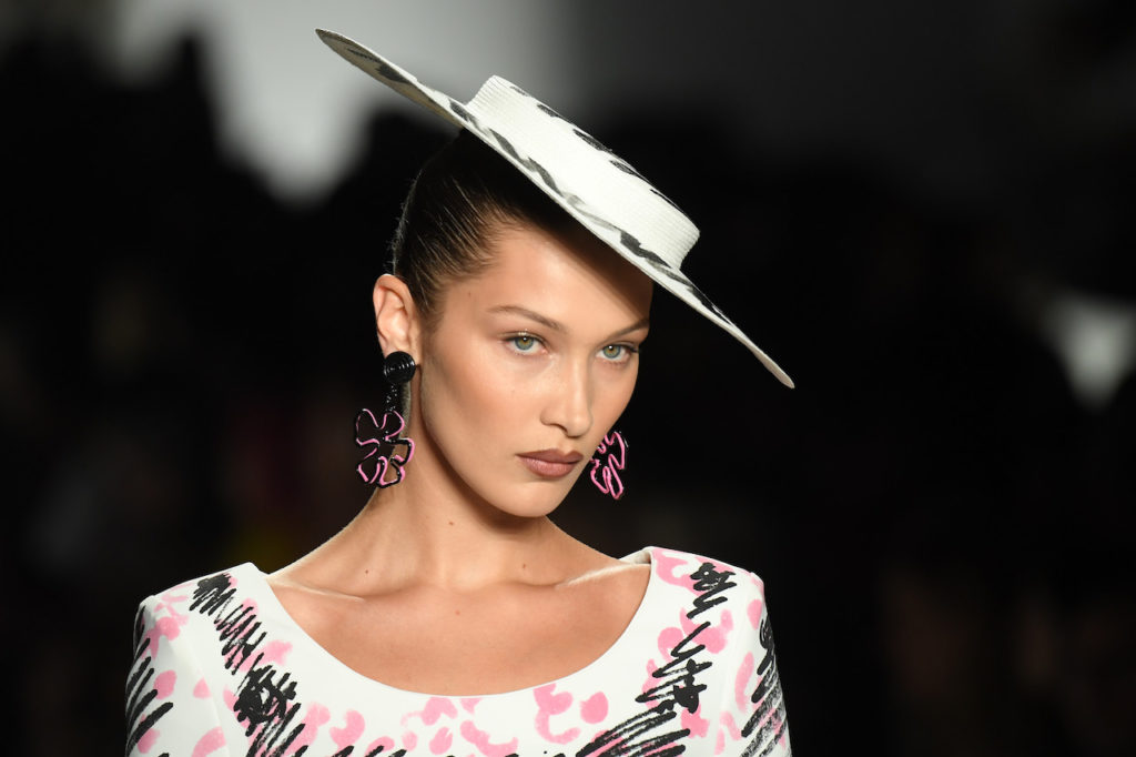 Labbra nude scure in primo piano per il make-up di Bella Hadid da Moschino