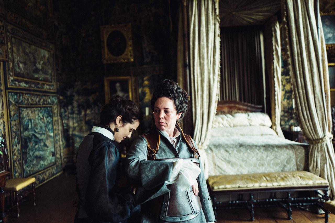 Rachel Weisz e Olivia Colman in una scena del film