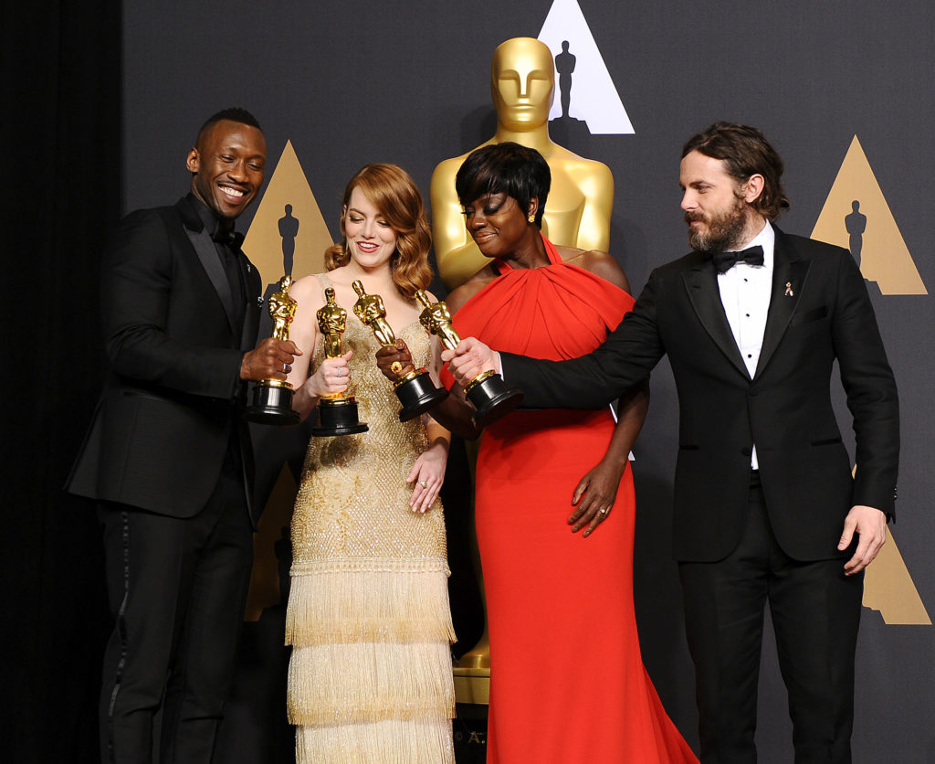 Mahershala Ali, Emma Stone, Viola Davis e Casey Affleck con l'Oscar 2017