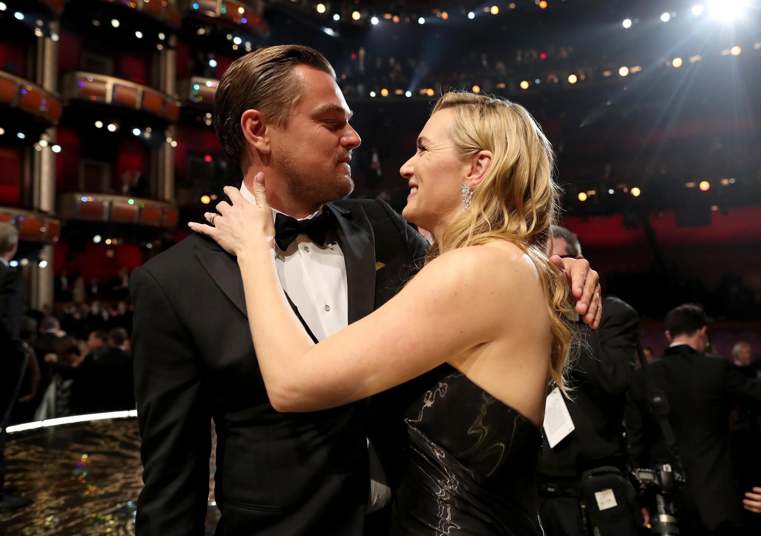 Leonardo DiCaprio e Kate Winslet si abbracciano prima che l'attore salga sul palco per ricever l'Oscar