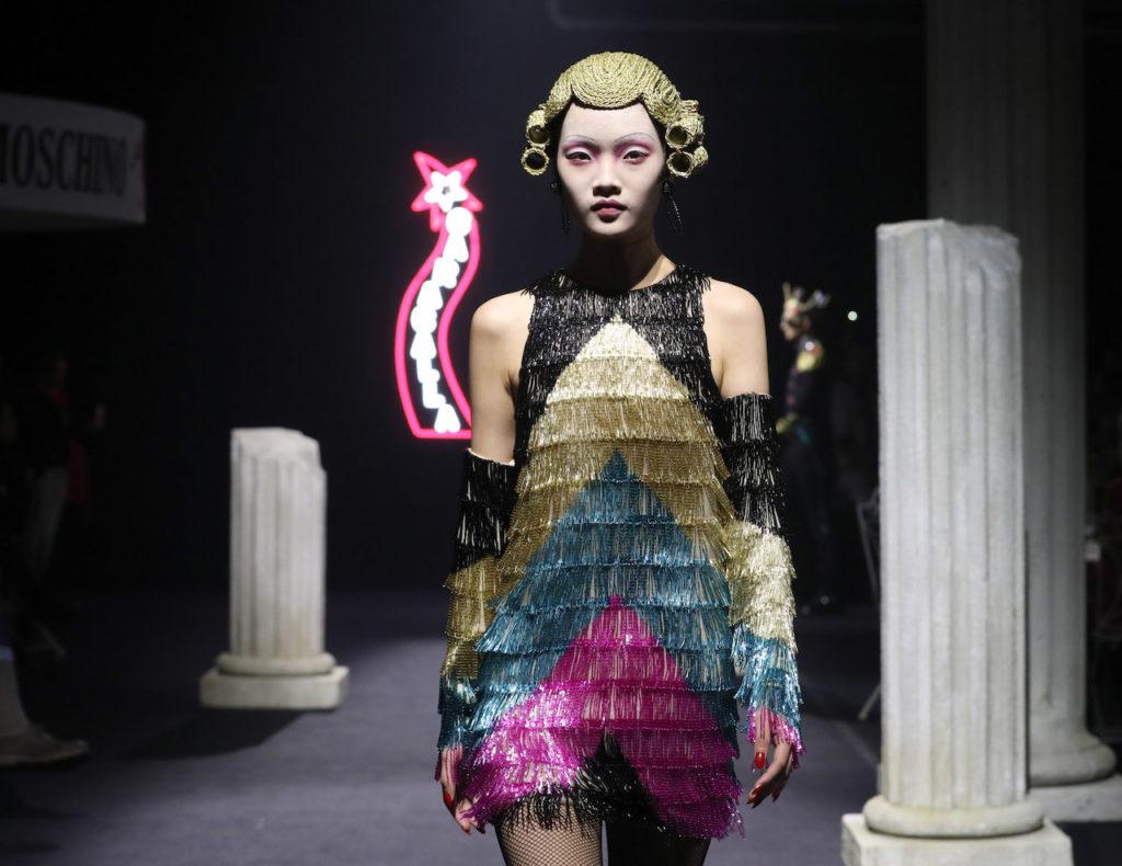 Una modella sulla passerella allestita da Moschino a Cinecittà