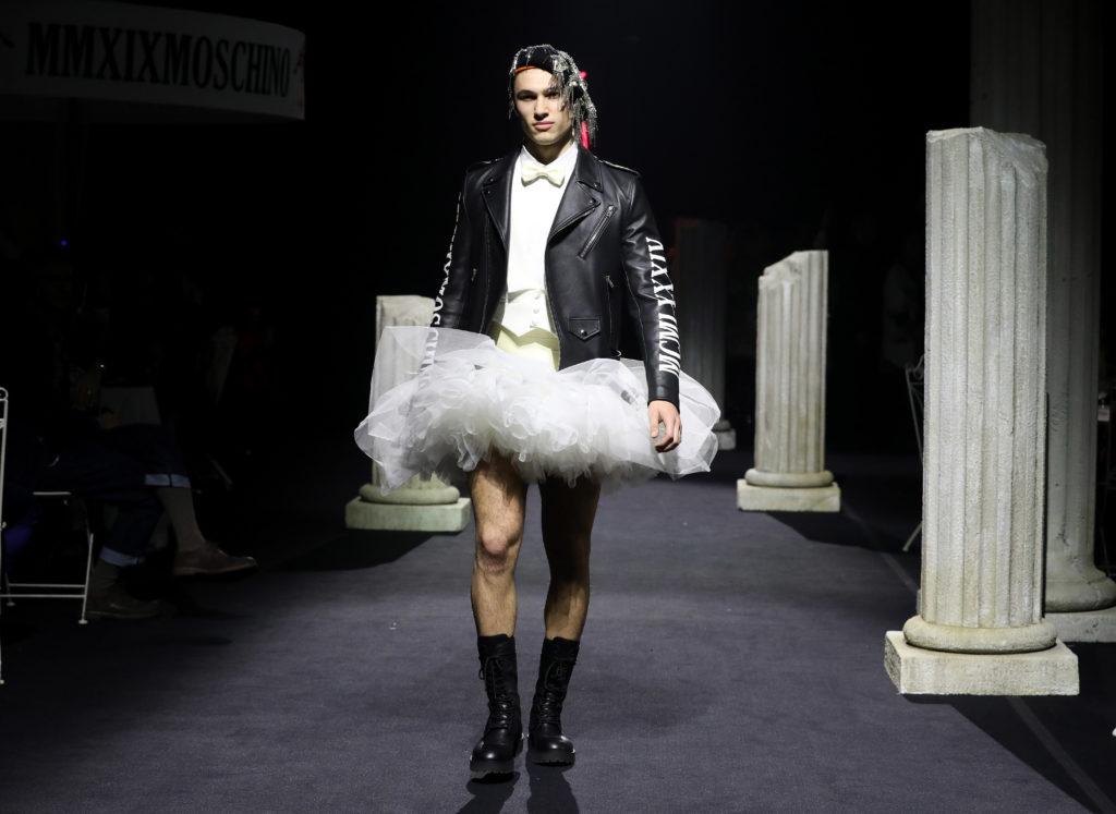 Unmodello sfila in tutù per la Moschino Pre Fall 2019