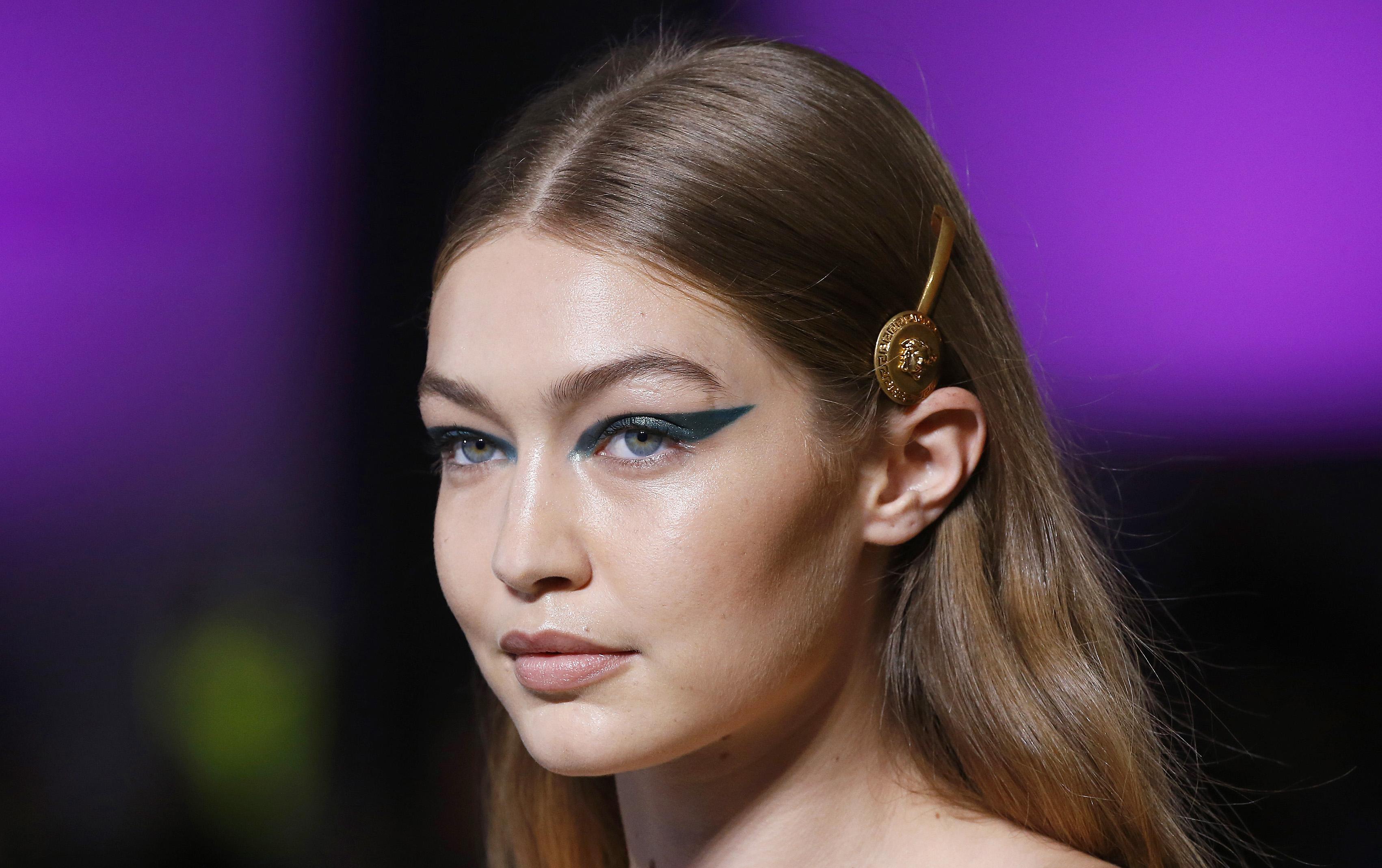 Sono color nude le labbra di Gigi Hadid per Versace