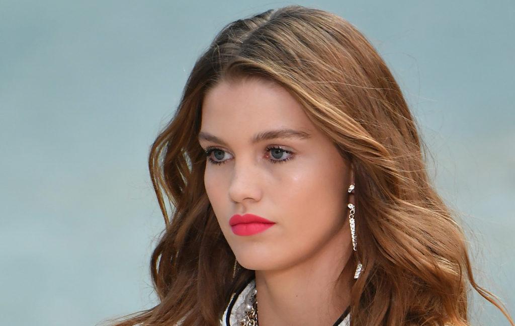 Chanel sceglie un rosso fragola per il rossetto dell'estate 2019