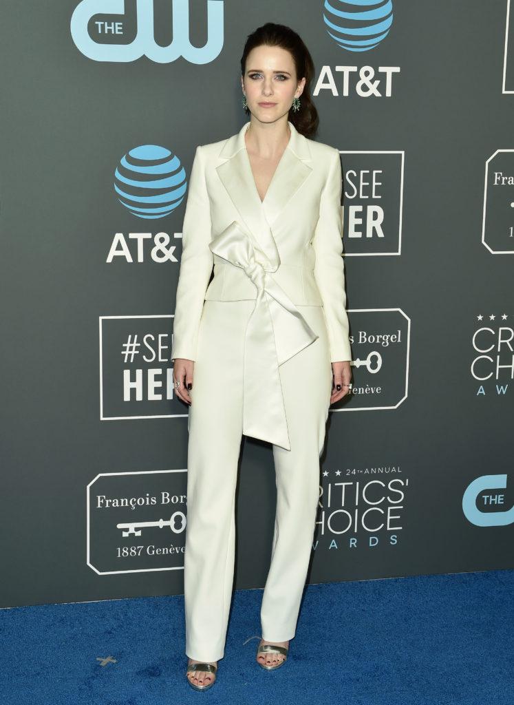 Rachel Brosnahan in un tailleur bianco di Carolina Herrera