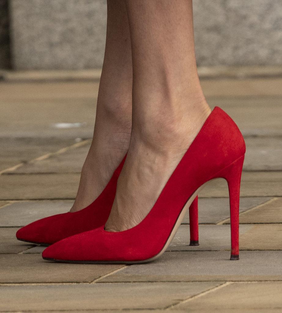 Le décolleté rosse indossate da Meghan Markle senza calze