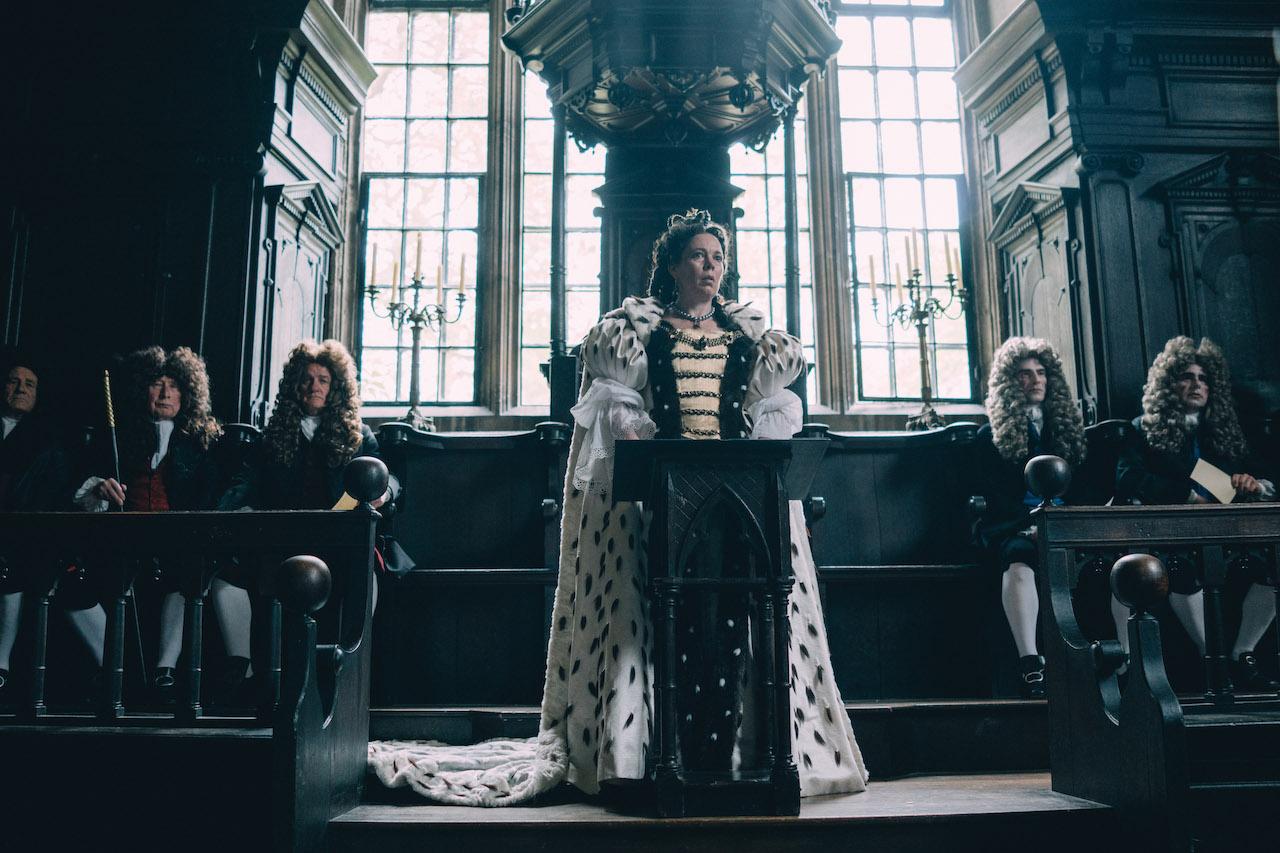 Olivia Colman è la Regina Anna Stuart ne La favorita