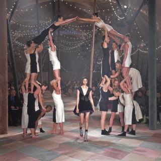 Equilibrio acrobatico: è l'Haute Couture di Christian Dior