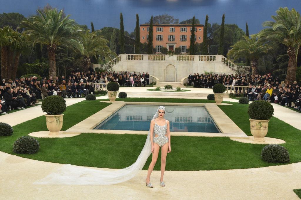 Vittoria Ceretti con il costume da sposa alla Chanel Haute Couture