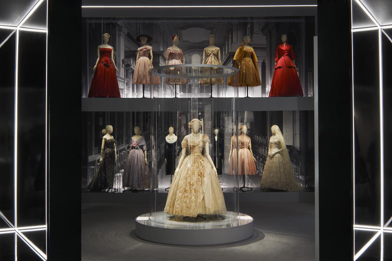 Una delle sale del Victoria and Albert Museum di Londra dove è allestita la mostra Dior