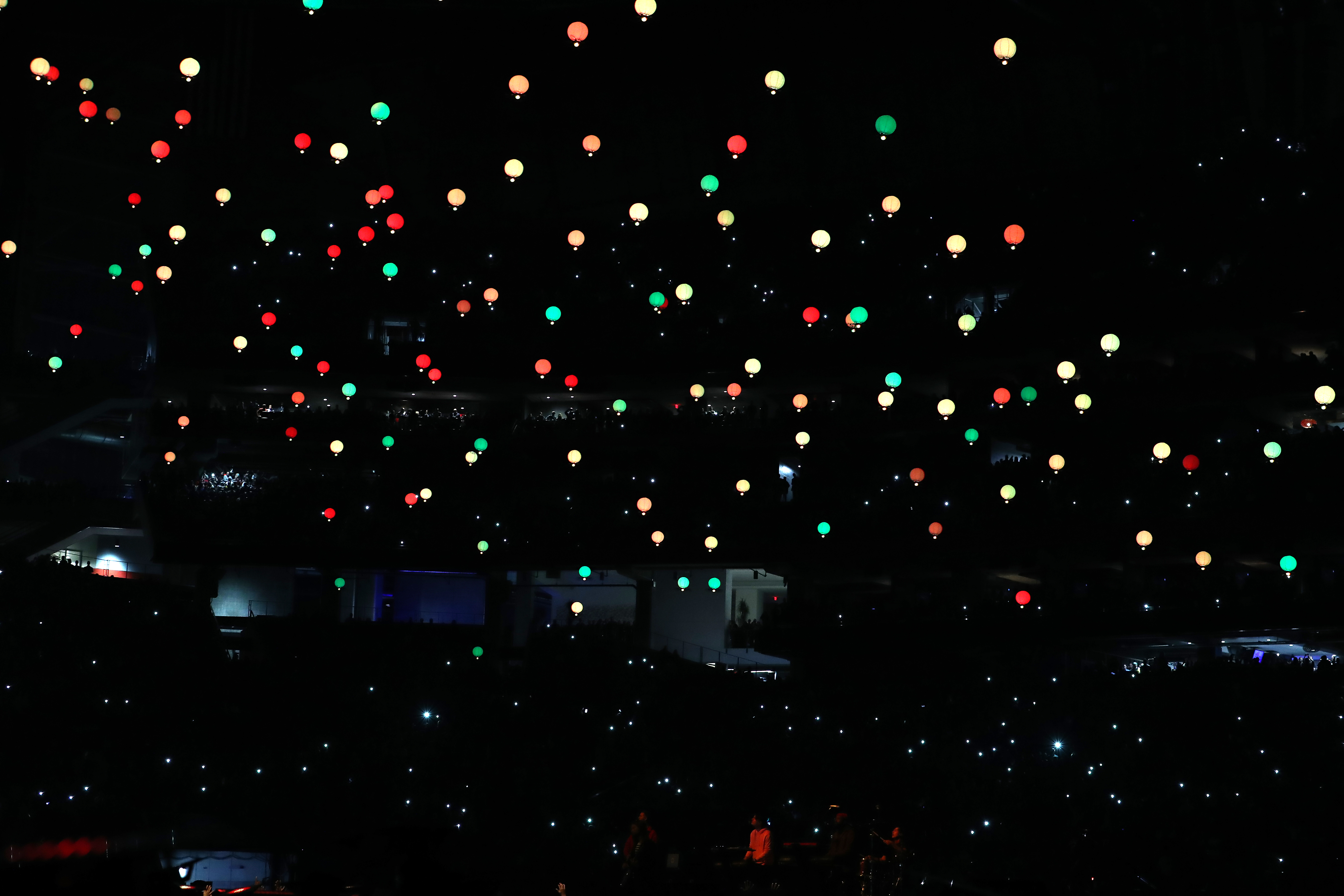 I Maroon 5 hanno lanciato delle lanterne