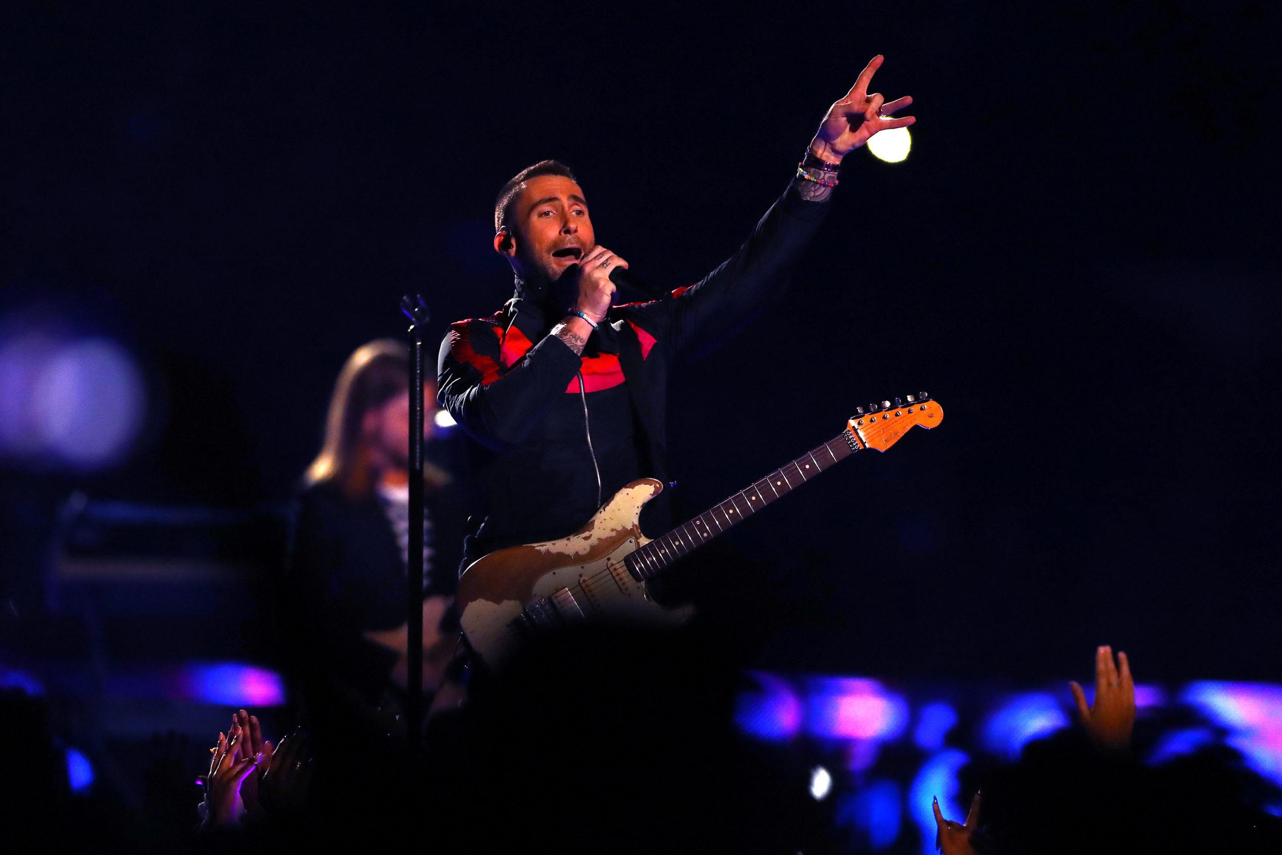 Adam Levine durante la performance