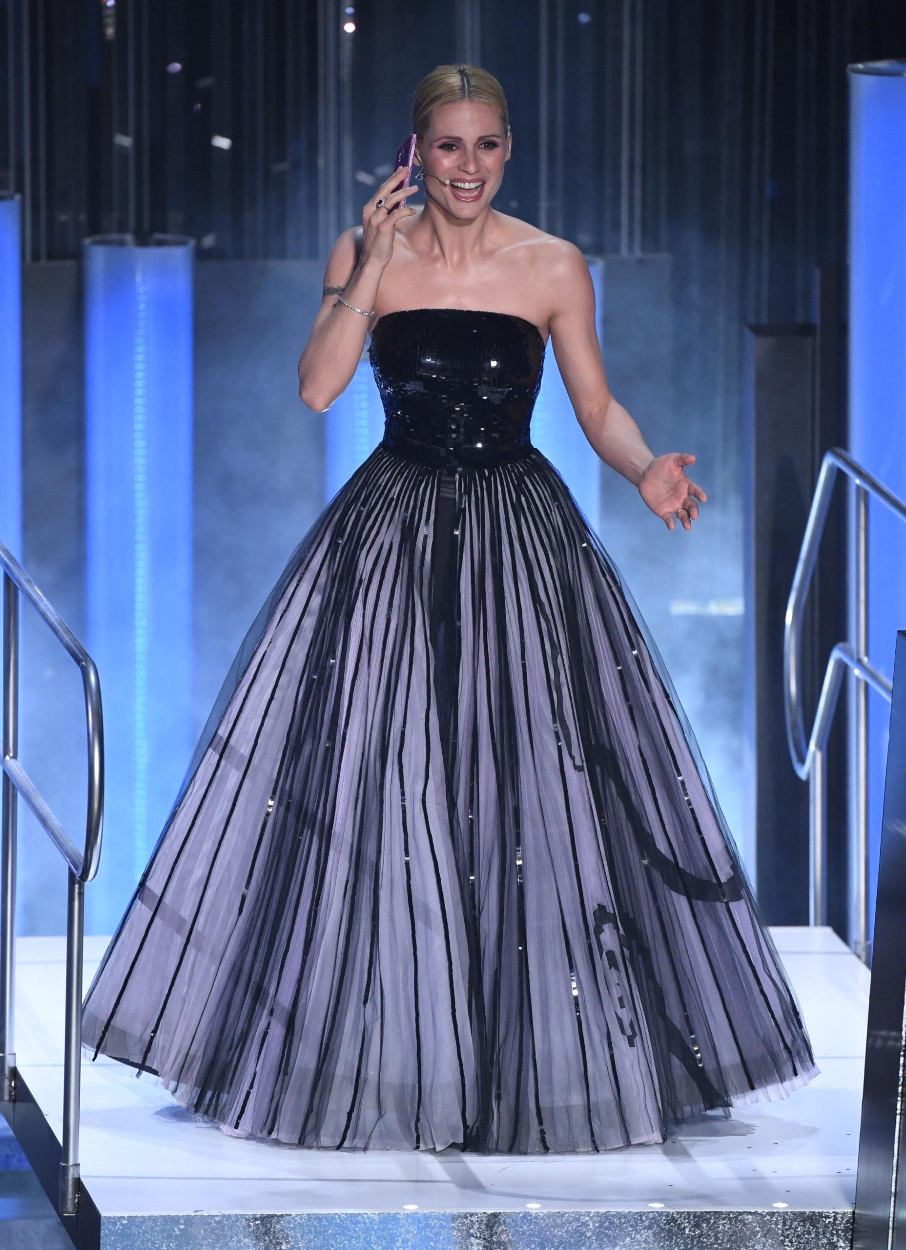 Il look di Michelle Hunziker durante la seconda serata di Sanremo 2019