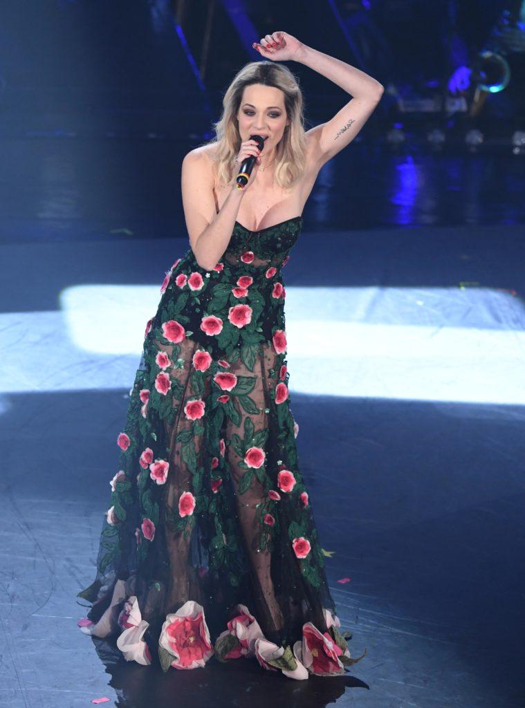 Il look di Laura Chiatti durante la seconda serata di Sanremo 2019