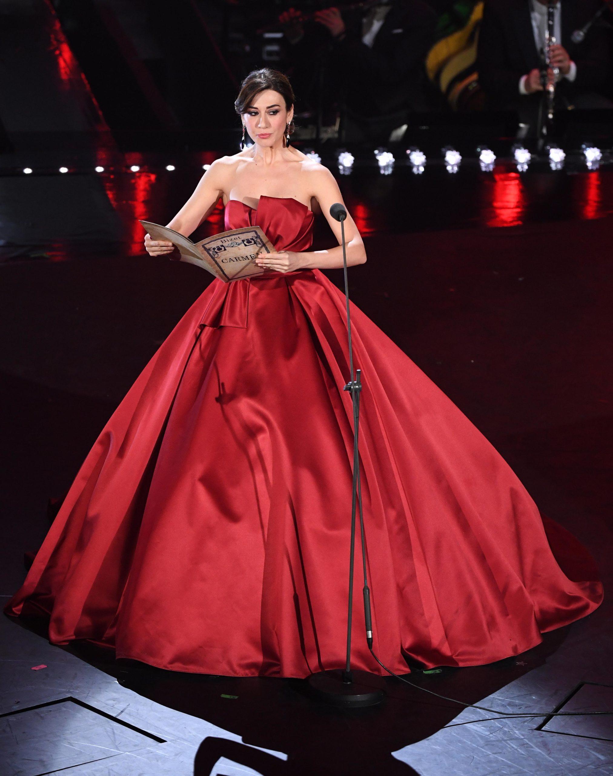 Il look di Virginia Raffaele durante la seconda serata di Sanremo 2019