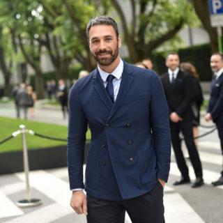 Raoul Bova è Armani nella serie tv dedicata al Made in Italy