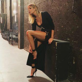 Alessia Marcuzzi sexy in Versace per l'Isola dei Famosi