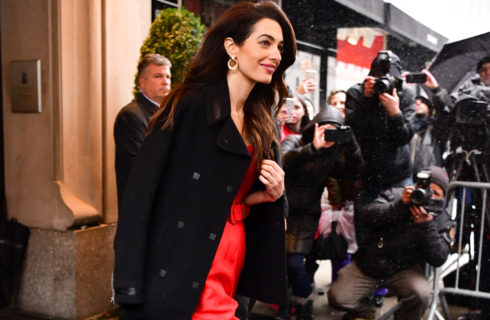 Amal Clooney in rosso per il baby shower di Meghan Markle