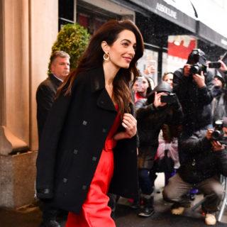 Il look di Amal Clooney per il baby shower di Meghan Markle