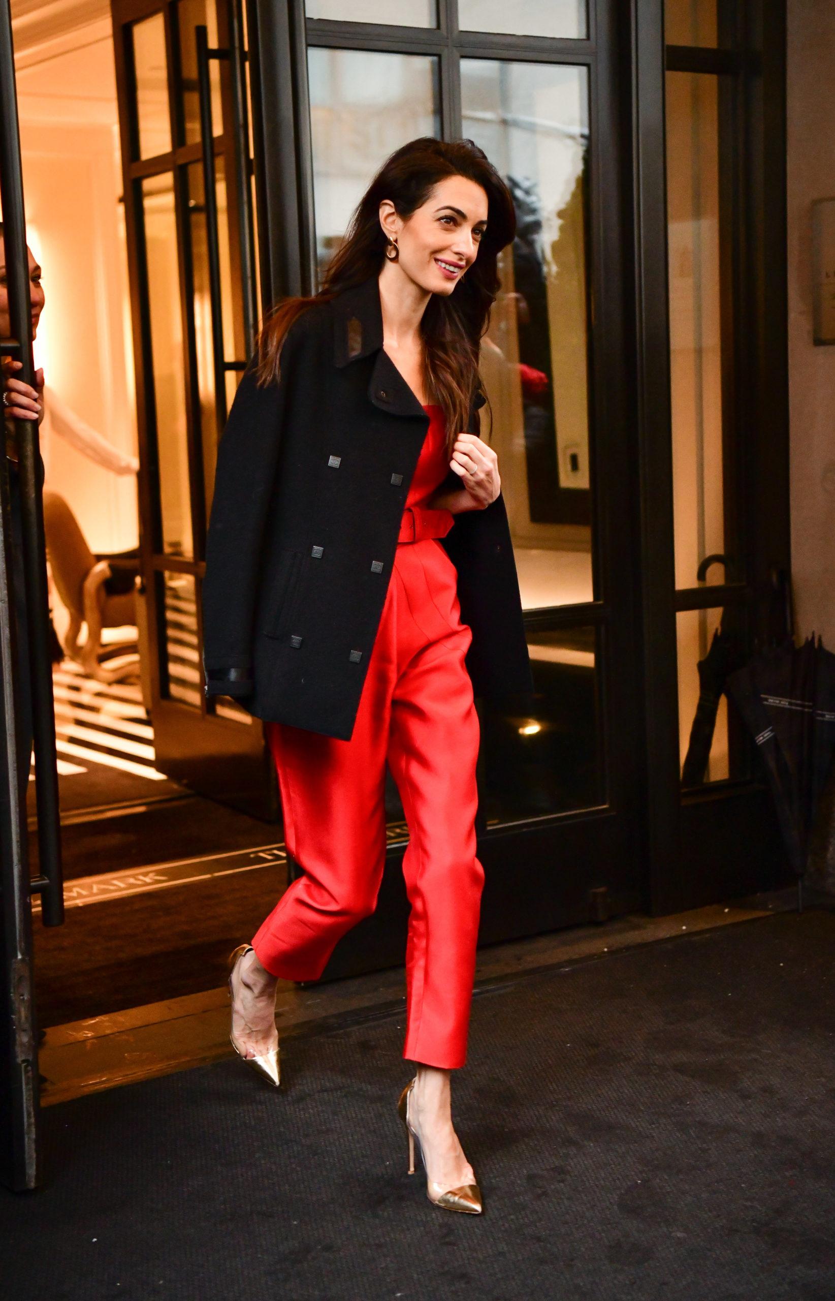 Amal Clooney indossa una jumpsuit rossa