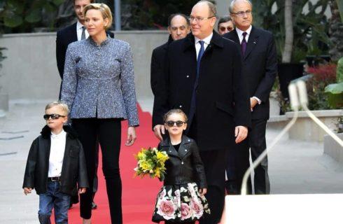 Charlene di Monaco con i gemelli sul red carpet a Montecarlo