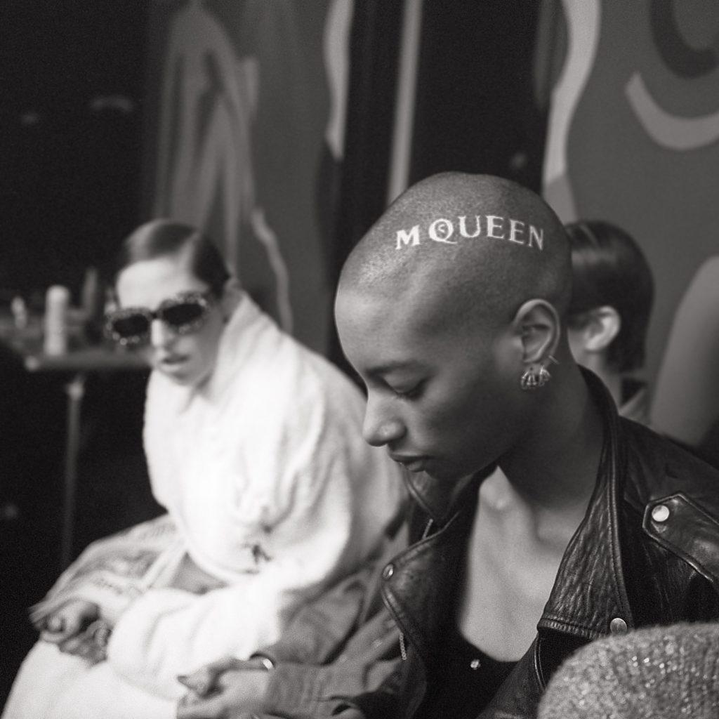 Un'immagine dal documentario sullo stilista britannico