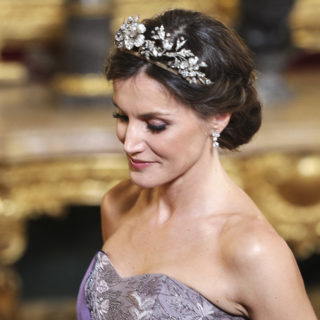 Letizia omaggia la Regina Sofia con una tiara floreale