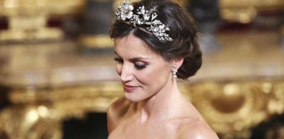 Letizia Ortiz risplende durante la cena di stato con una tiara floreale