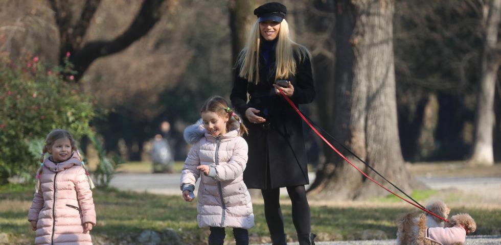 Michelle Hunziker al parco con le figlie ma scoppia la polemica con Claudia Mori