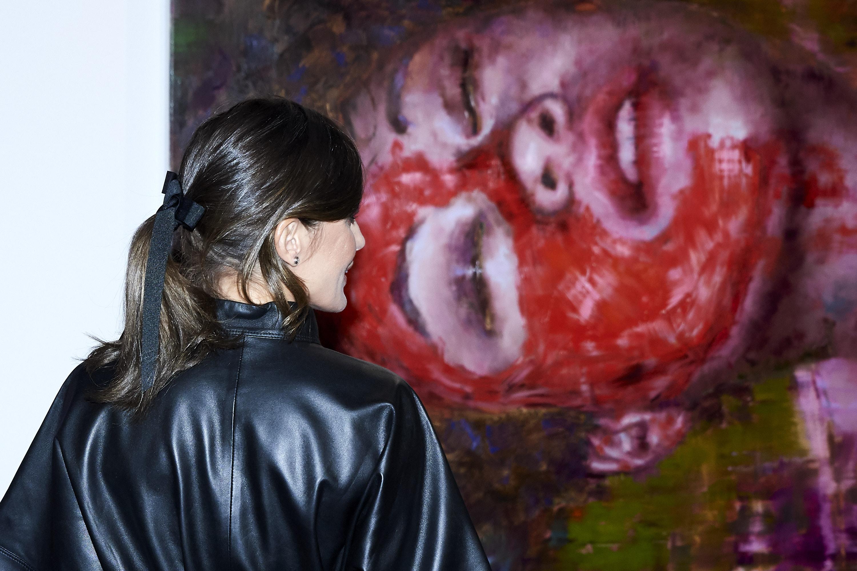 La Regina di Spagna audace in pelle nera