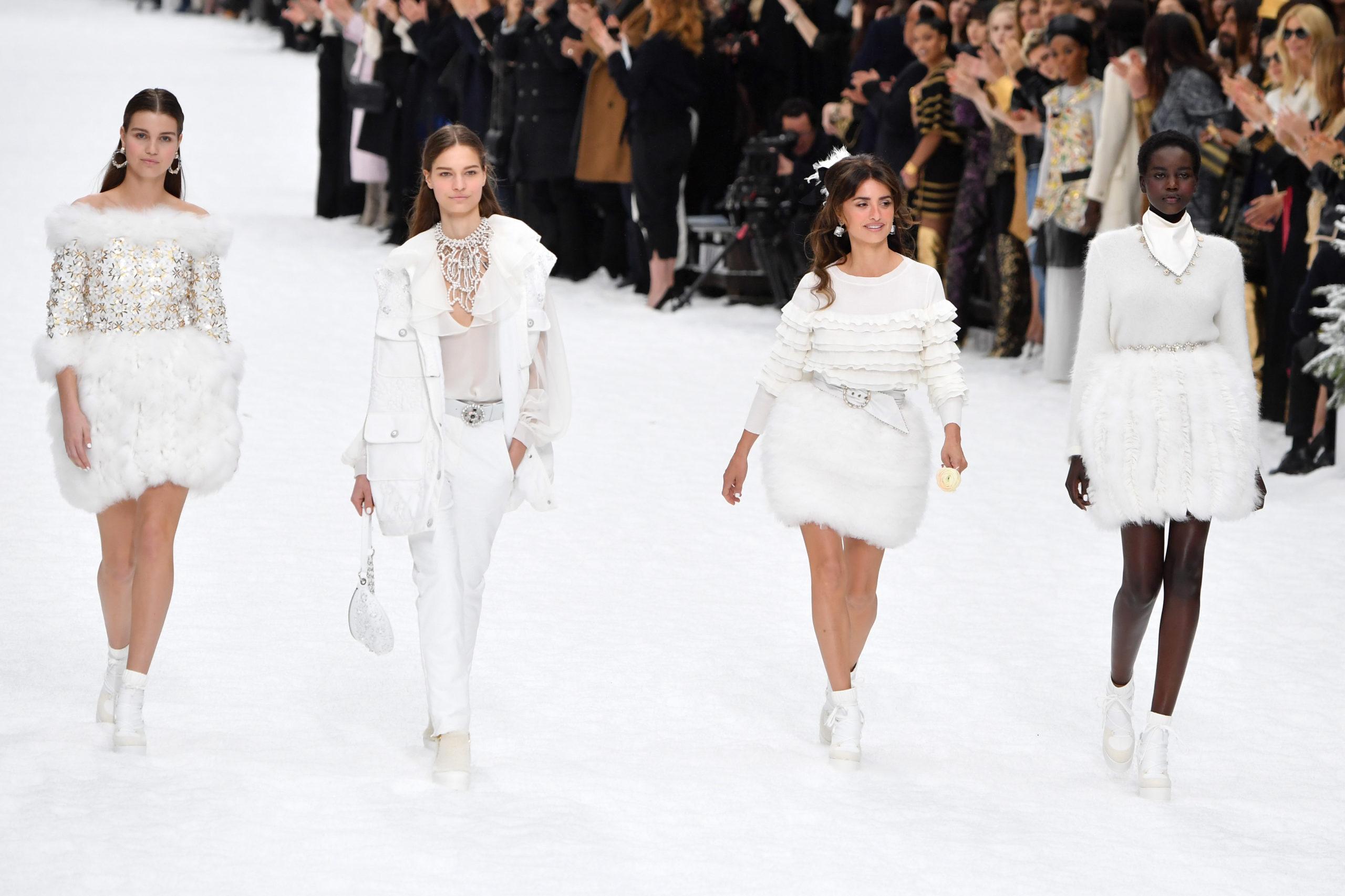 Penelope Cruz chiude la sfilata Chanel