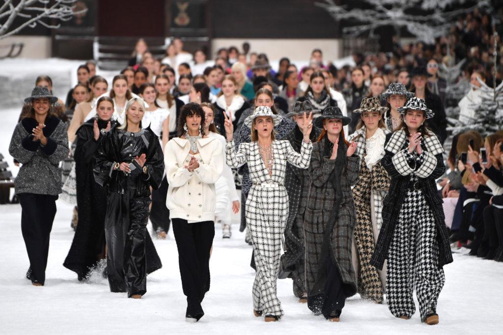 Carosello finale della sfilata di Chanel
