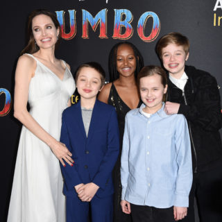 Angelina Jolie, total white per il red carpet con i figli