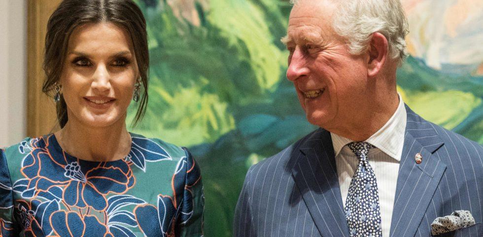 Il Principe Carlo sedotto dalla Regina di Spagna: il baciamano a Letizia Ortiz