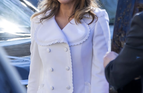 Melania Trump look angelico per la messa domenicale