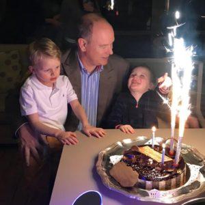 Buon compleanno Principe Alberto: la foto con i gemelli