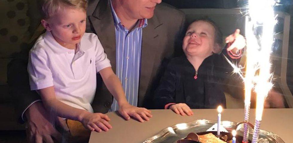 Charlene di Monaco foto di compleanno di Alberto con i gemelli