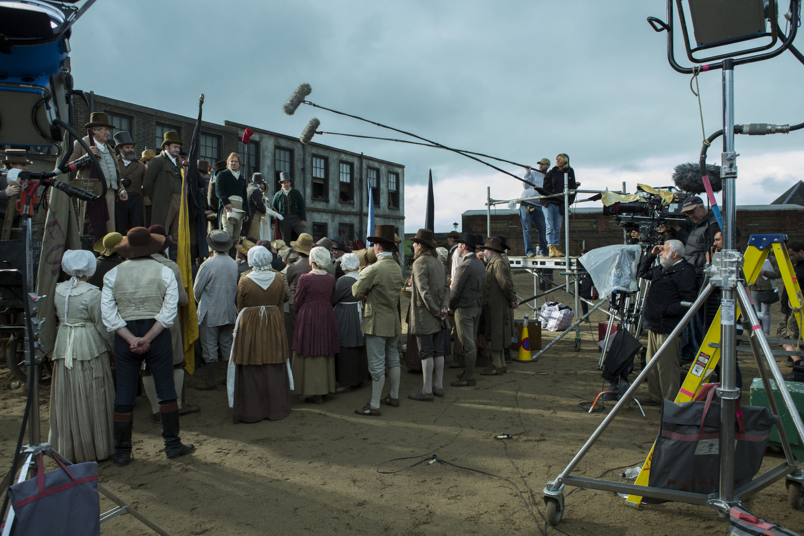 Mike Leigh e la troupe sul set di Peterloo