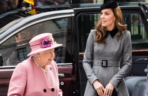 La Regina Elisabetta e Kate Middleton di nuovo insieme: condividono la coperta in auto