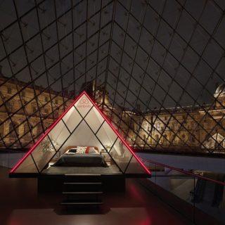 Dormire nella piramide di vetro del Louvre? Da ora si può!