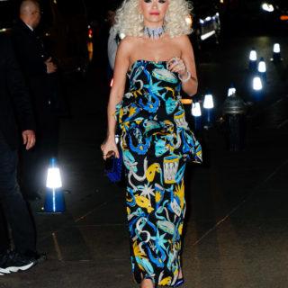 Rita Ora acrobata virtuosa in una campagna pubblicitaria