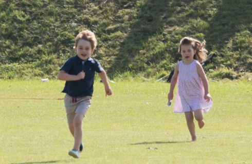 George e Charlotte al parco con Kate Middleton e il Principe William