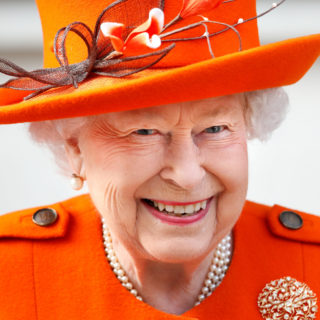 Regina Elisabetta: guanti bianchi contro il Coronavirus
