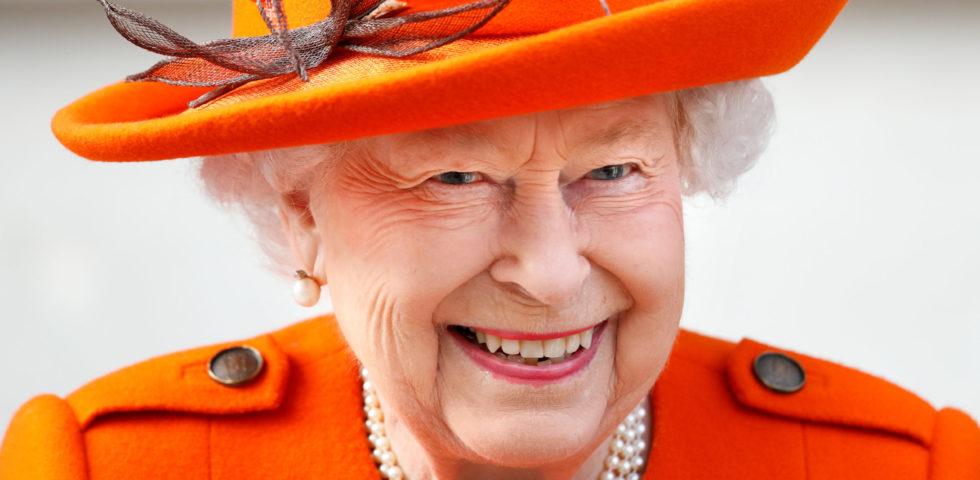 La Regina Elisabetta con i guanti durante l'investitura per paura del Coronavirus