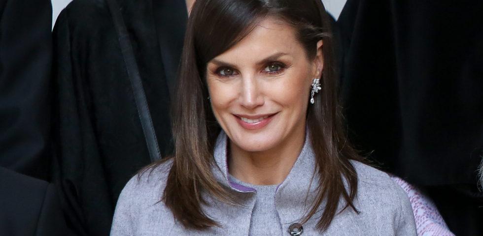 Letizia Ortiz: la Regina di Spagna è chic anche con i capelli bianchi