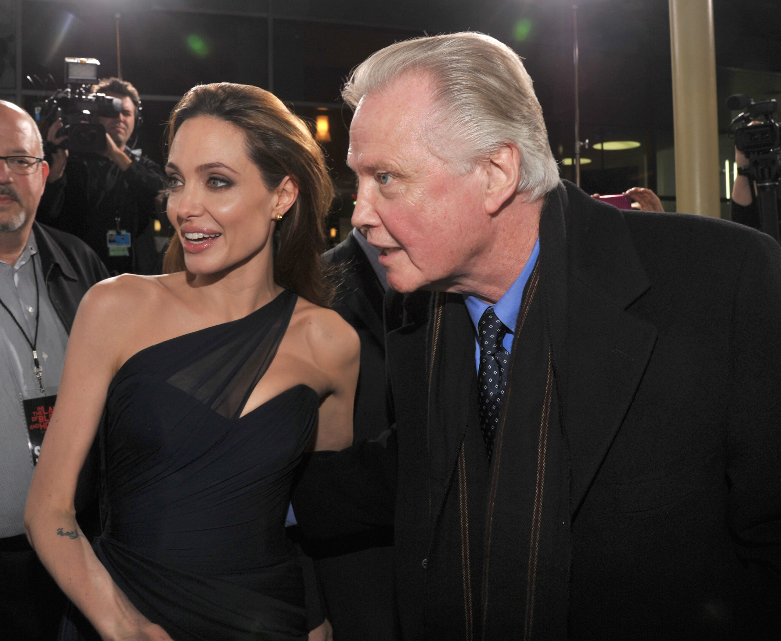 Angelina Jolie torna single