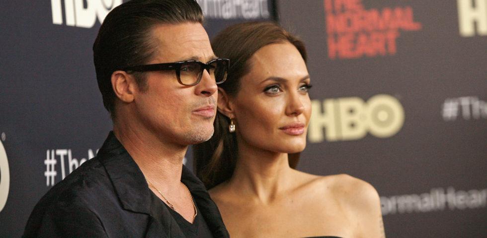 """Angelina Jolie cancella """"Pitt"""" dalla carta d'identità"""