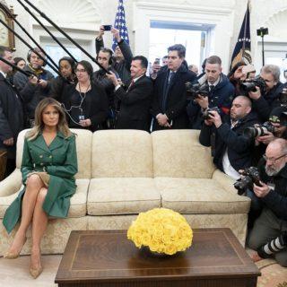 Melania Trump: la foto di compleanno da sola diventa virale