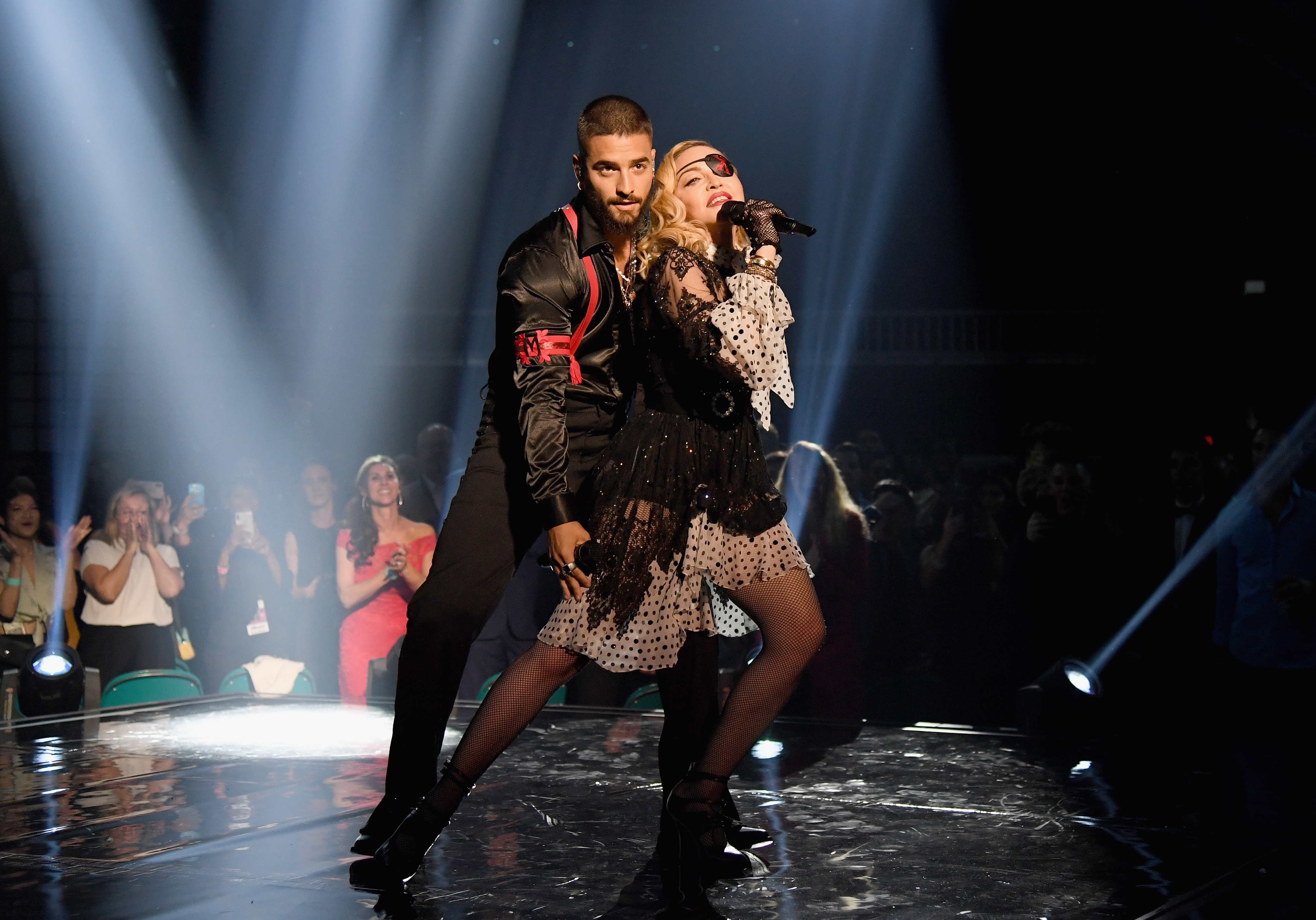 Madonna balla con i suoi ologrammi