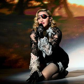 Madonna balla con i suoi ologrammi ai Billboards